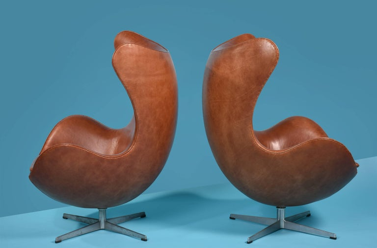 Early Arne Jacobsen Egg Chair and Ottoman for Fritz Hansen, Pair Available 3