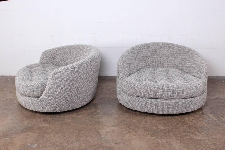 Large Pair of Swivel Chairs Designed by Milo Baughman In Excellent Condition For Sale In Dallas, TX