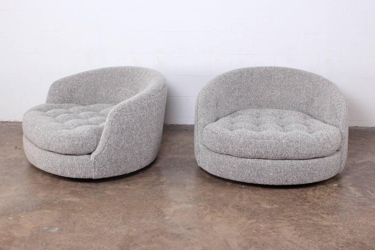 Large Pair of Swivel Chairs Designed by Milo Baughman For Sale 1