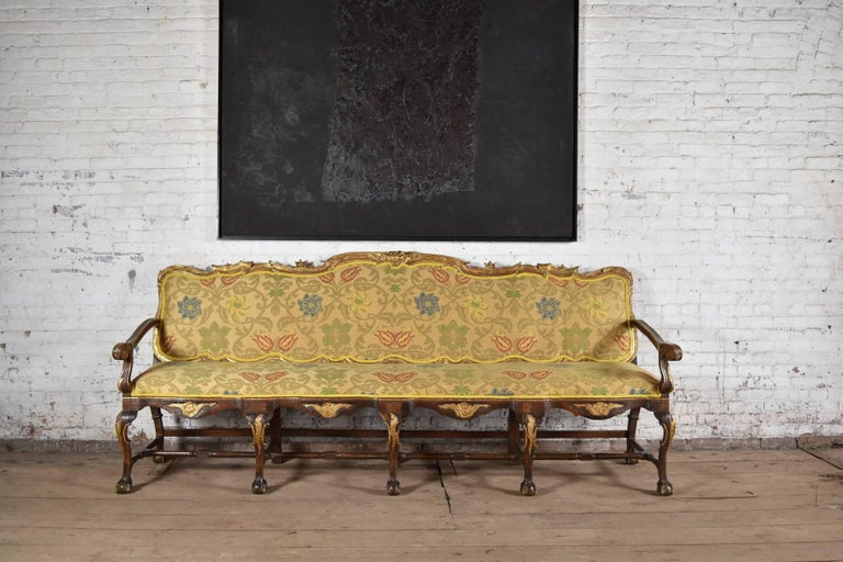 Long 18th Century Carved and Parcel-Gilt Spanish / Portuguese Settee In Good Condition For Sale In Troy, NY