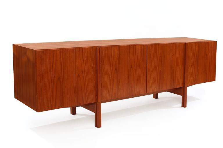 Ib Kofod-Larsen Beautifully Grained Teak Credenza In Excellent Condition For Sale In Phoenix, AZ