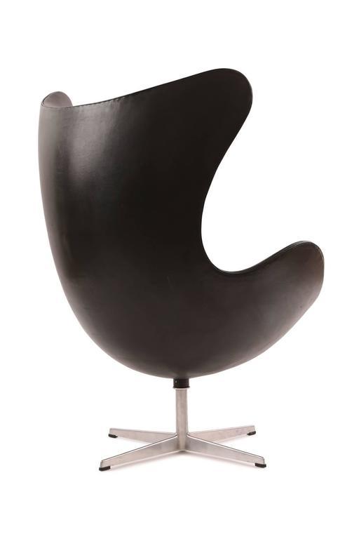 Mid-Century Modern Arne Jacobsen for Fritz Hansen First Generation Leather Egg Chair For Sale