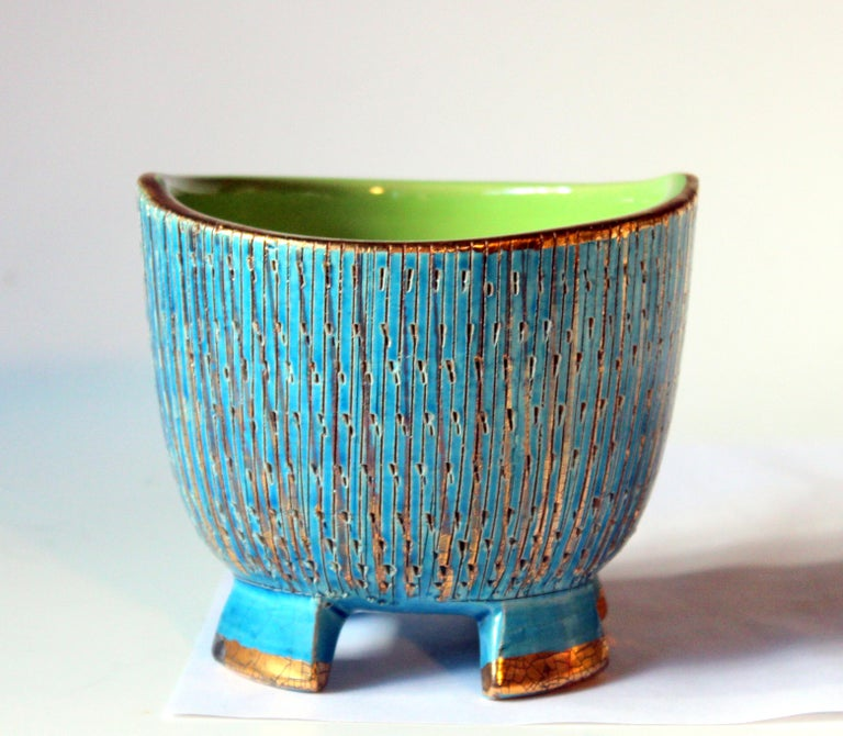Vintage Bitossi Seta jar or bowl in wonderful blue and gold glazes and four crenelated feet, circa 1960s. Measures: 4