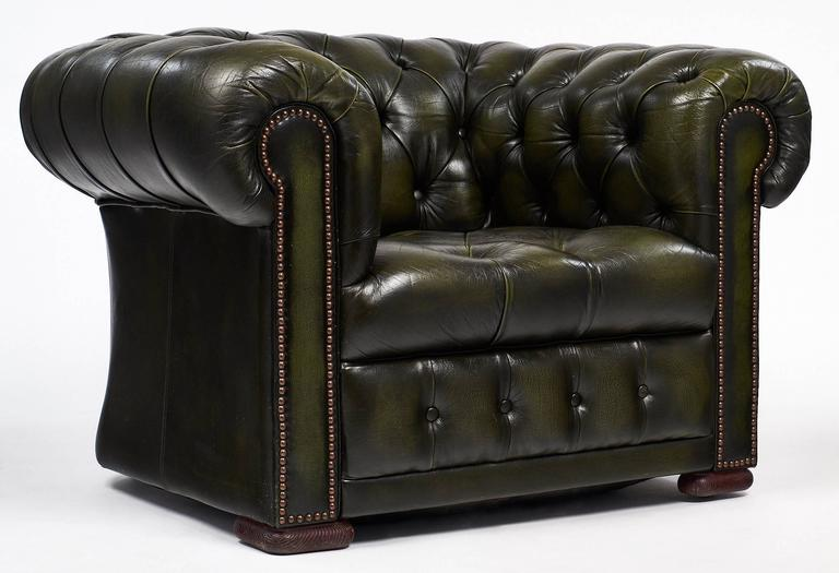 Charmant European Pair Of Green Leather Vintage Chesterfield Armchairs For Sale