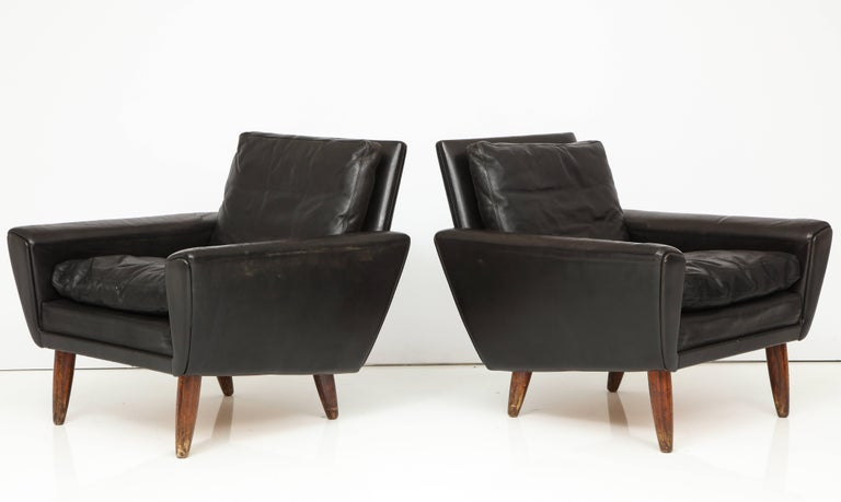 Pair of Midcentury Black Leather Chairs from France For Sale 1
