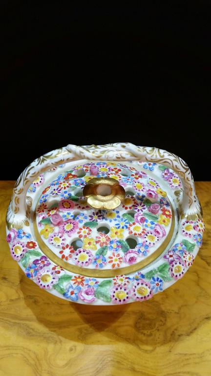 Chamberlain's Worcester Porcelain Basket and Cover Decorated with Sea Shells For Sale 1