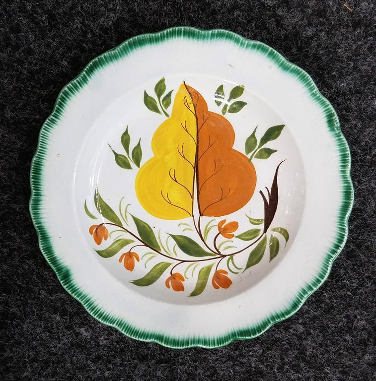 Set of green shell-edged nested oak leaf design small dishes.  The very unusual circular pearl ware dishes with a spectacular oak leaf design within a green shell-edge border.  Dimensions: 7