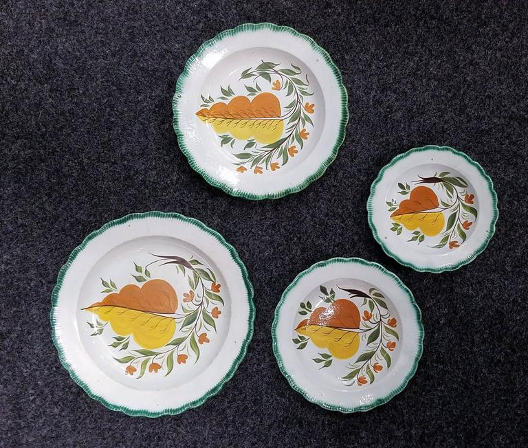 Georgian Set of Green Shell-Edged Nested Oak Leaf Design Small Dishes For Sale