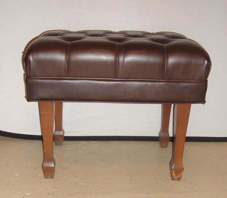 A steinway adjustable piano bench in leather.