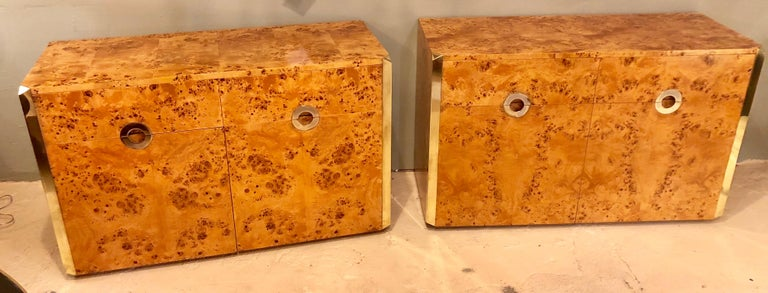Late 20th Century Pair of Willy Rizzo Commodes Nightstands with Brass Accents in a Light Burl Wood For Sale