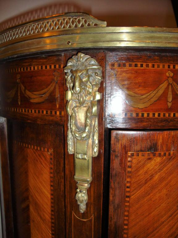 French Louis XV Style Inlaid Pedestal End Table Night Stand Gallery Marble Top  In Good Condition For Sale In Stamford, CT