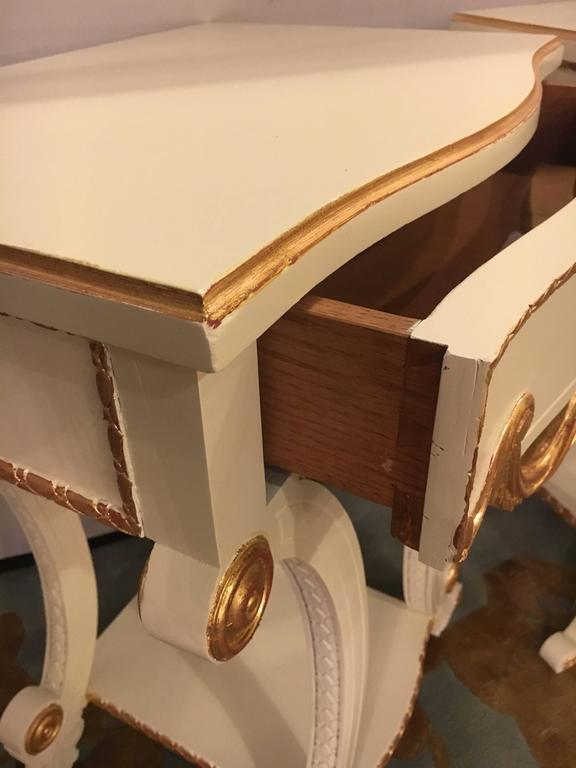 Pair of Grosfeld House Paint and Gilt Decorated End Tables or Nightstands In Good Condition For Sale In Stamford, CT