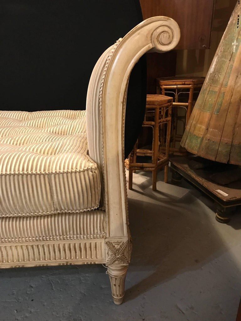 Louis xvi style chaise longue daybed in cream finish with for Chaise louis xvi