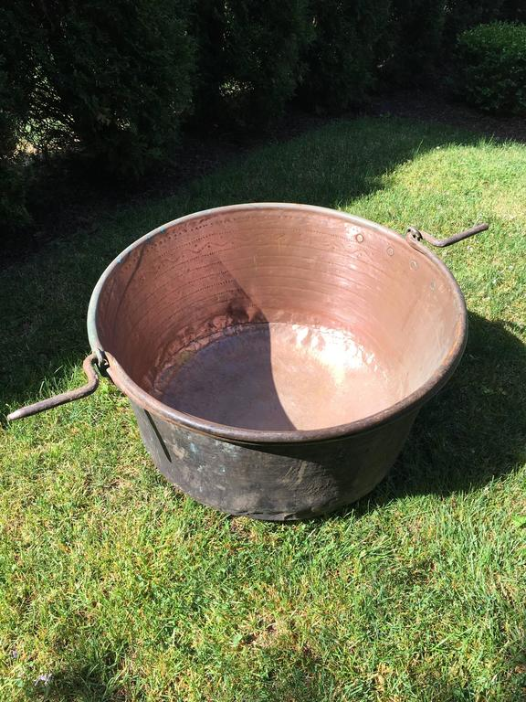 Large Hand-Chased 19th Century French Copper Cauldron For Sale 1