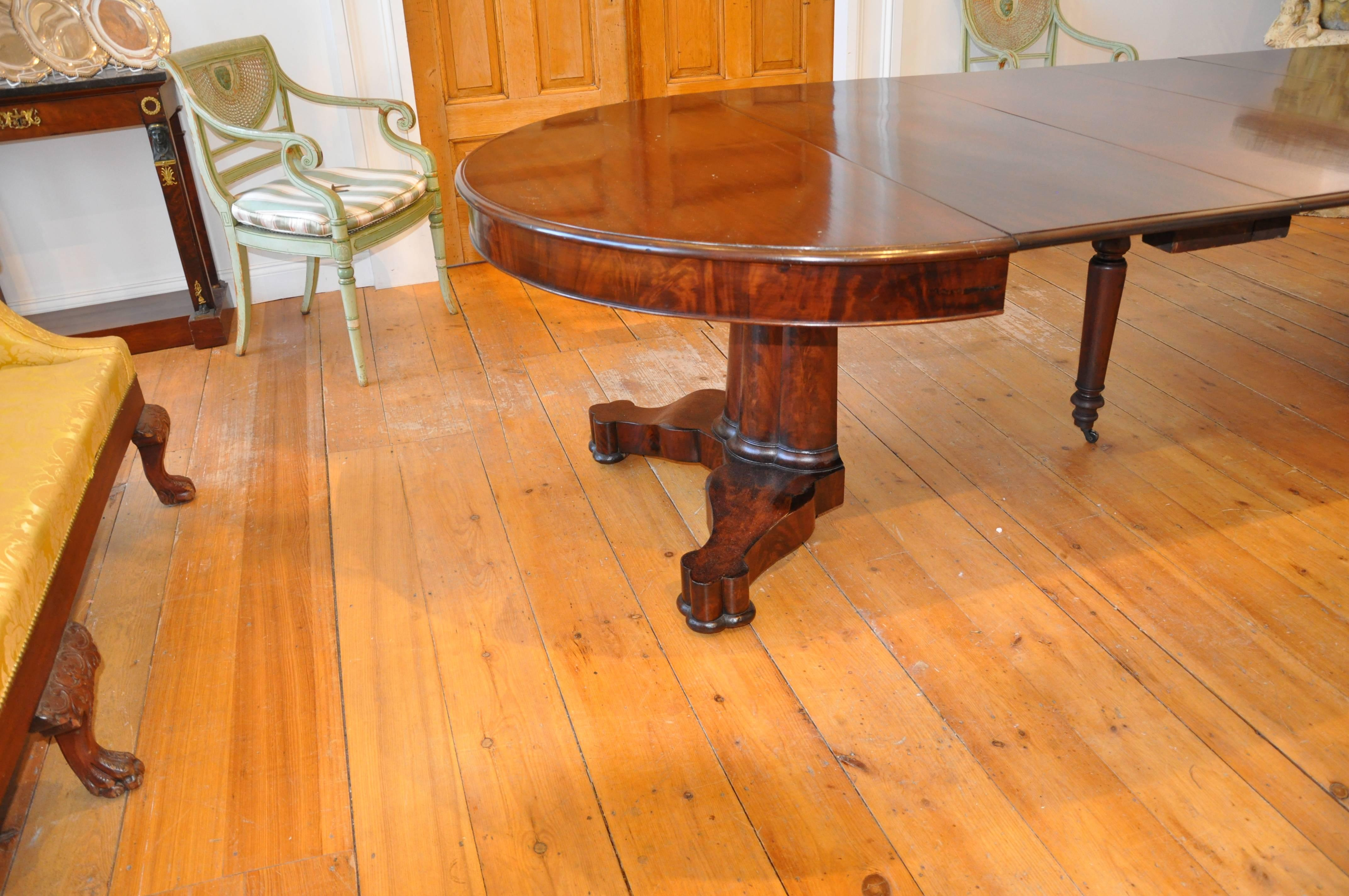 American Classical American Period Neoclassical Expandable Round Dining  Table In Mahogany For Sale