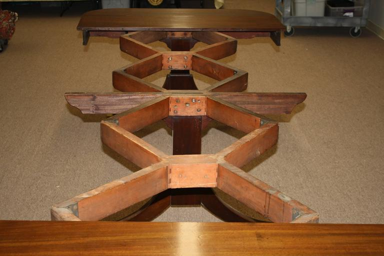 American Federal Triple Pedestal 'Concertina' Banquet Table In Good Condition For Sale In Woodbury, CT