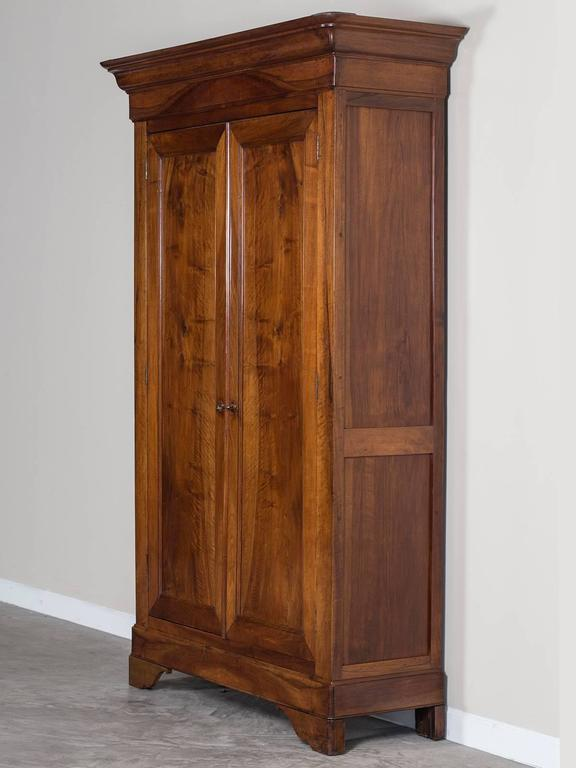 Delicieux French Louis Philippe Walnut Armoire, Circa 1850 In Excellent Condition For  Sale In Houston,