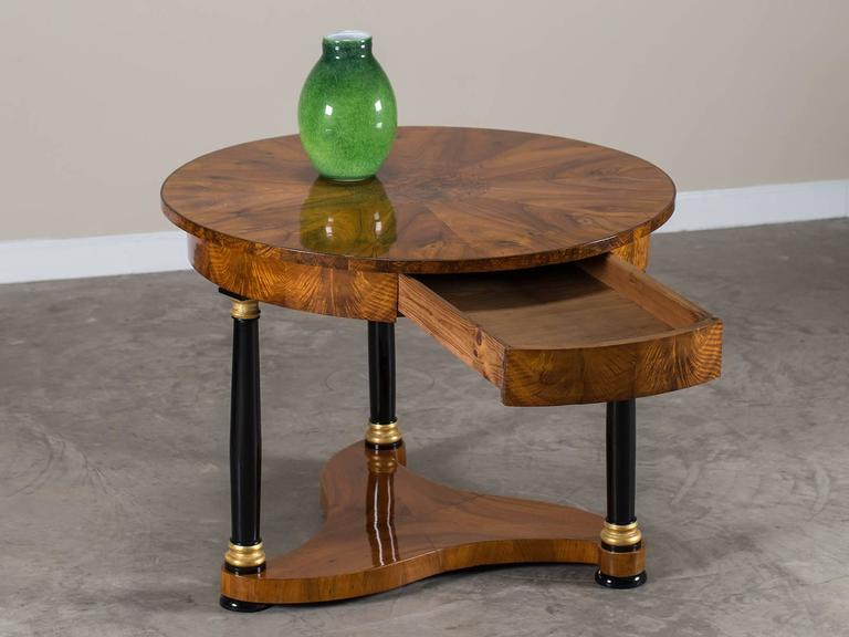 Early 19th Century Biedermeier Period Antique German Walnut Table, Berlin, circa 1825 For Sale