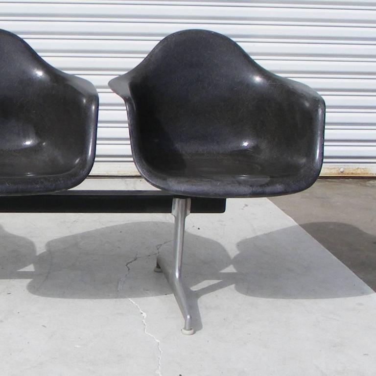 Vintage Mid-Century Eames Herman Miller Tandem Fiberglass Armchairs Seating In Good Condition In Pasadena, TX