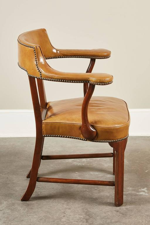 American Pair of Mid-20th Century Kittinger Mahogany and Leather Armchairs For Sale
