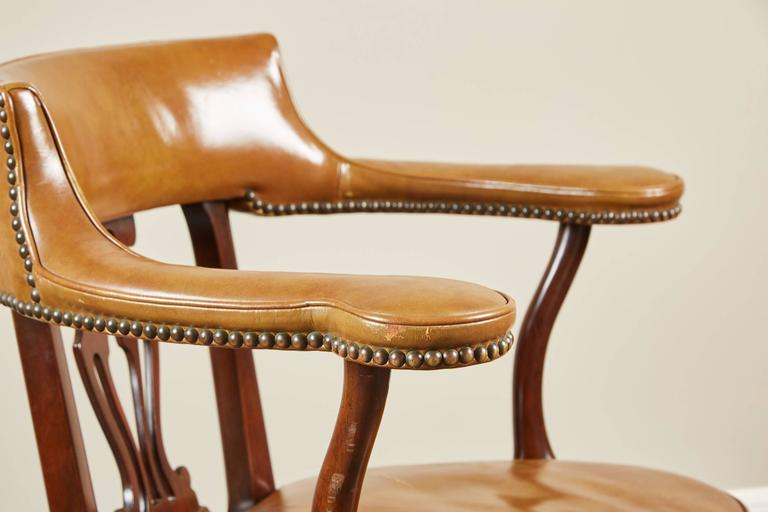 Pair of Mid-20th Century Kittinger Mahogany and Leather Armchairs For Sale 2