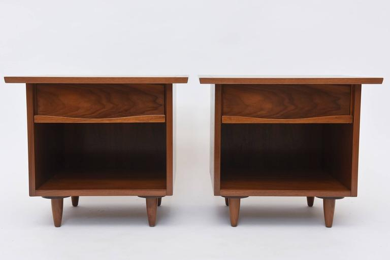 Pair of American Modern Walnut Night Tables, George Nakashima In Excellent Condition For Sale In Miami, FL