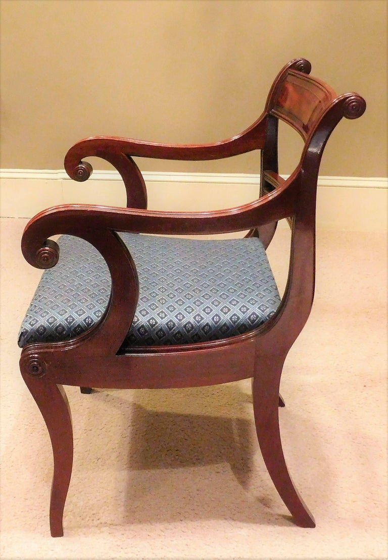 American Classical Set of 12 Classical Klismos Dining Chairs, circa 1815, Probably Philadelphia For Sale