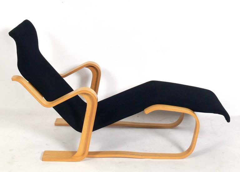 Sculptural bentwood chaise longue chair, designed by Marcel Breuer for Gavina, circa 1980s. Originally produced by Isokon in the 1930s, this example is from the later production by the Italian firm of Gavina, who began producing the chaise in 1962.