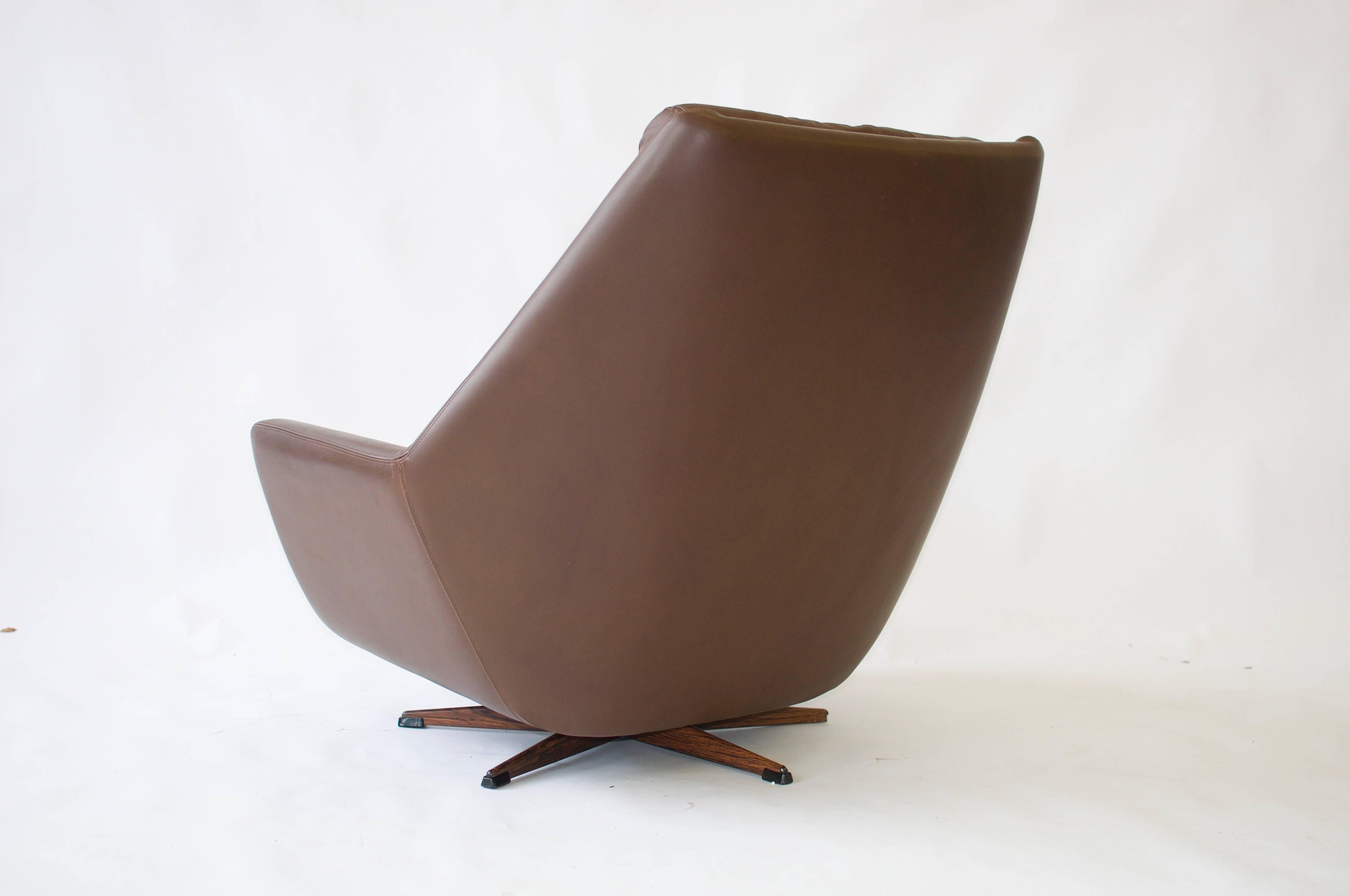 H. W. Klein Swivel Leather Lounge Chair In Good Condition For Sale In  Pelham, MA