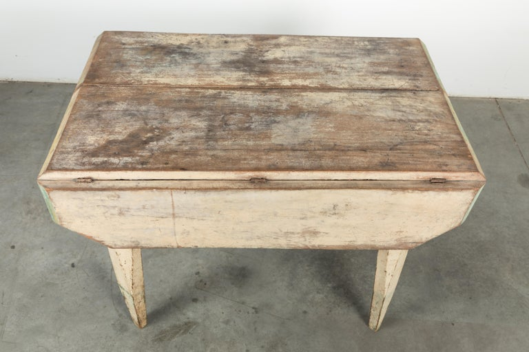 American Farm Drop Leaf Folk Art Table Oyster White with Carved Tapered Legs In Good Condition For Sale In Santa Monica, CA