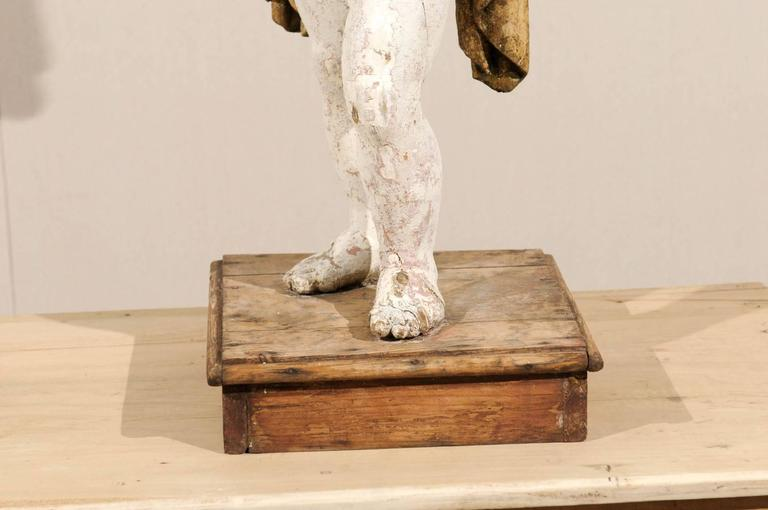 Italian 18th Century Carved Angel with Gilded Wings and Sash Raised on Wood Base For Sale 6