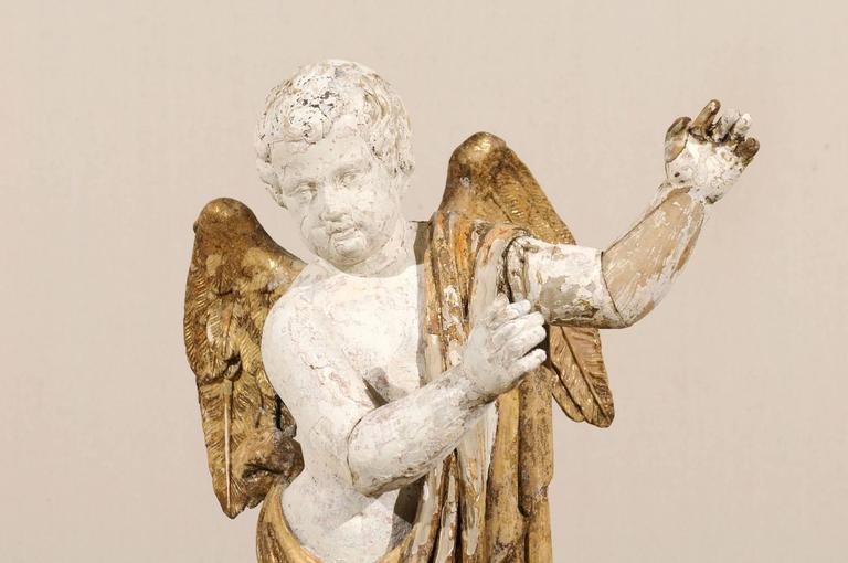 Italian 18th Century Carved Angel with Gilded Wings and Sash Raised on Wood Base For Sale 4