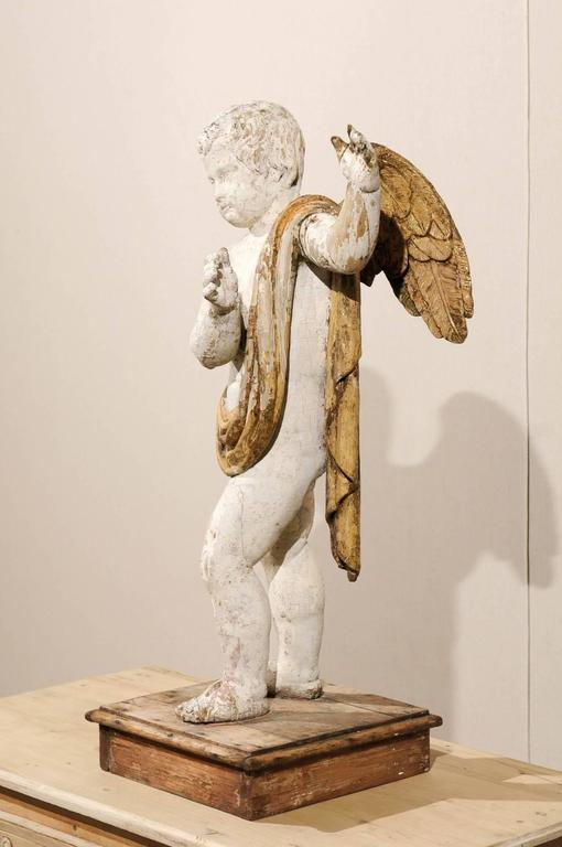Italian 18th Century Carved Angel with Gilded Wings and Sash Raised on Wood Base For Sale 1