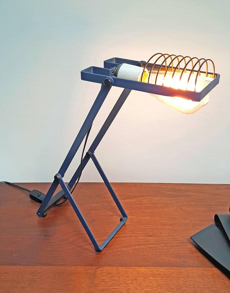Architectural Sintesi desk lamp in unusual original blue finish designed by Ernesto Gismondi for Artemide. Gismondi was the founder of the Italian company Artemide. The lamp adjusts to a myriad of different positions. It is on permanent display at