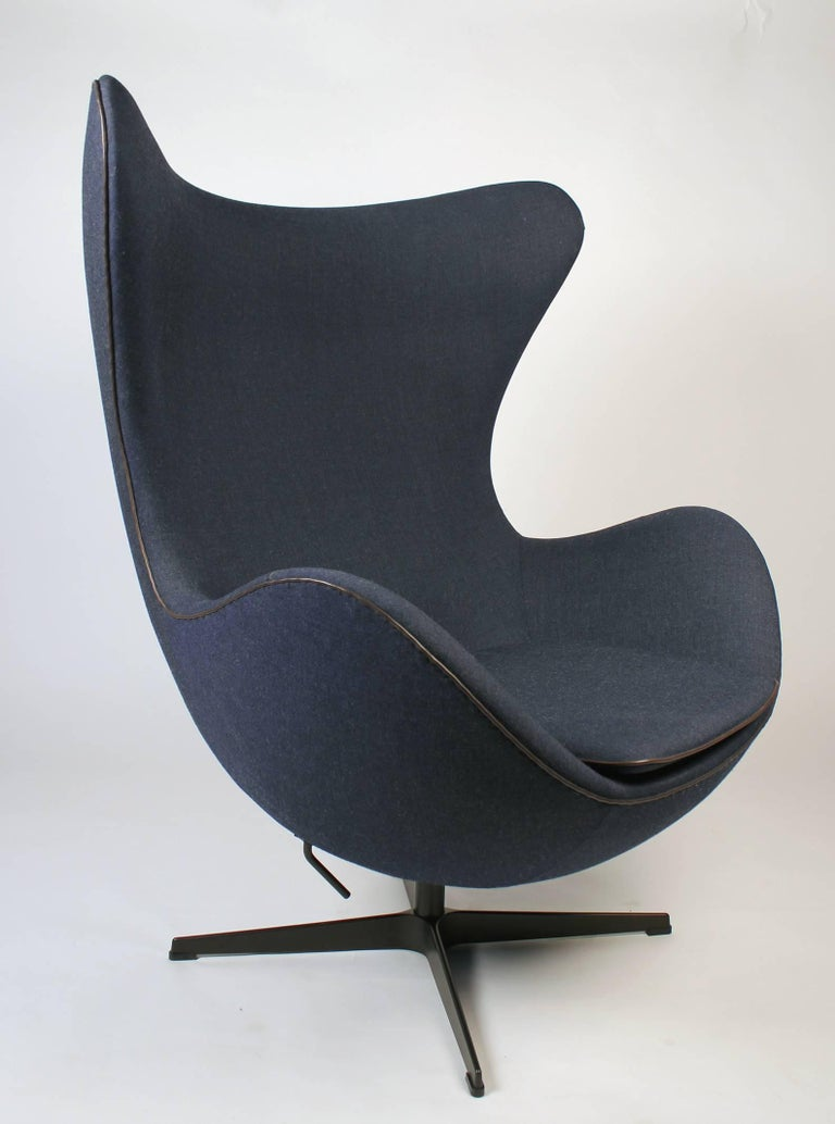This egg chair is from a production of only 999 unique pieces! Underneath the seat cushion, there is a sewn-in leather label with the chair's individual number. This limited edition was produced by Fritz Hansen in 2014 to commemorate Arne Jacobsen's