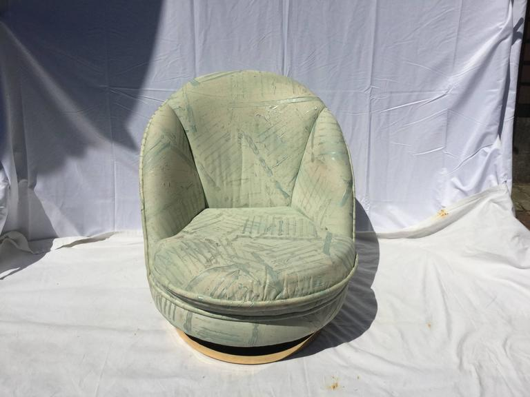 Mid-Century Modern Pair of Milo Baughman Swivel Chairs with Brass Bases For Sale