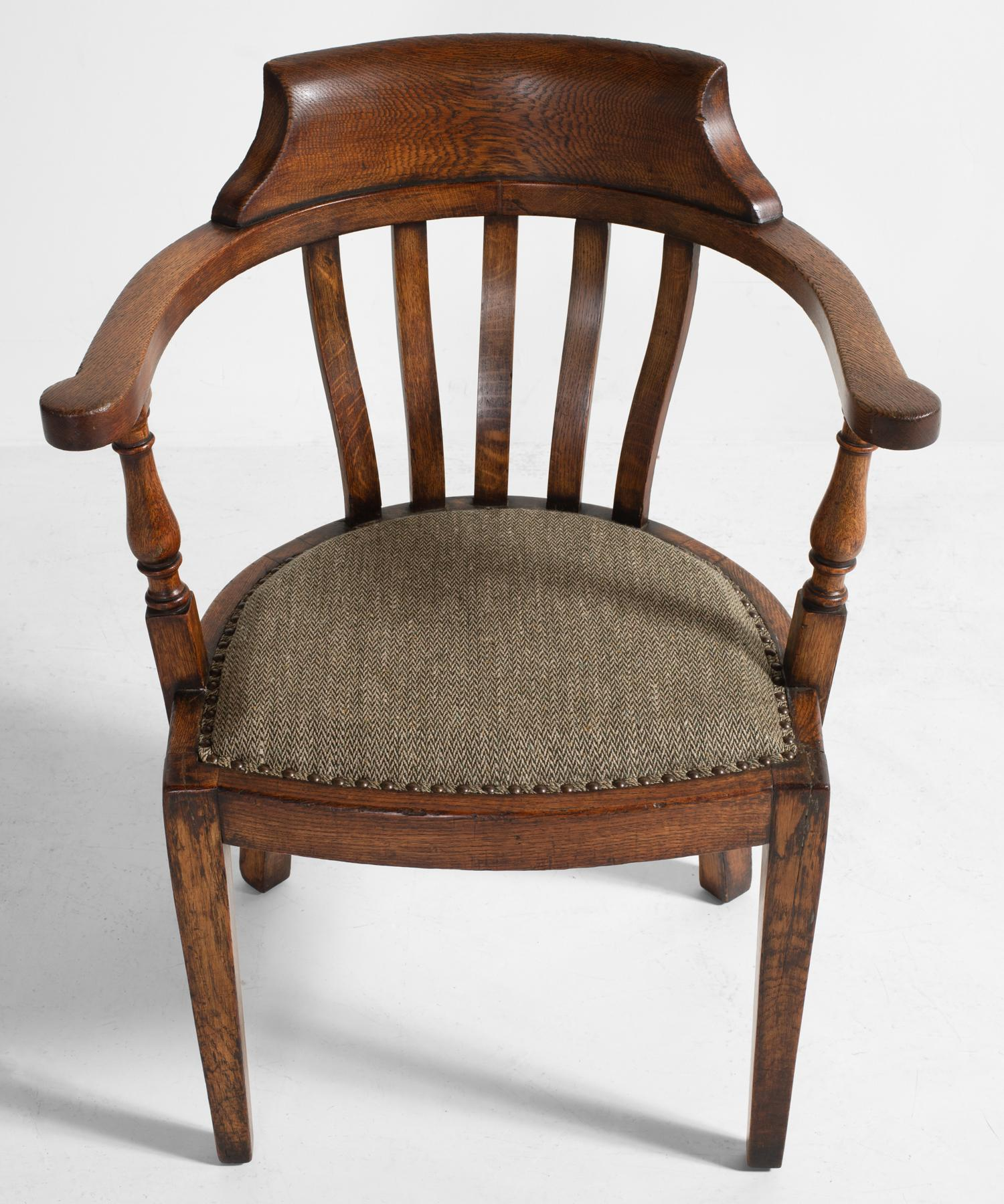 Merveilleux Edwardian Oak Captains Chair, Circa 1900 In Excellent Condition For Sale In  Culver City,