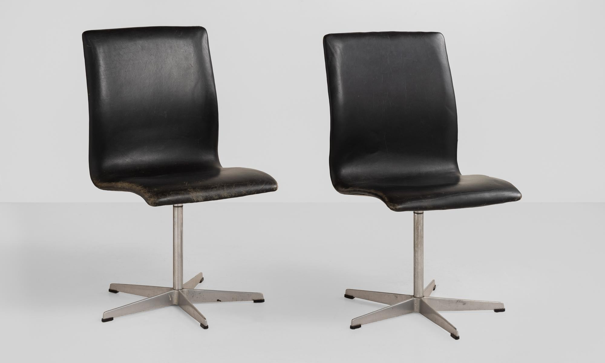 Arne Jacobsen Leather Oxford Chairs By Fritz Hansen, Denmark, Circa 1960.  Original Black