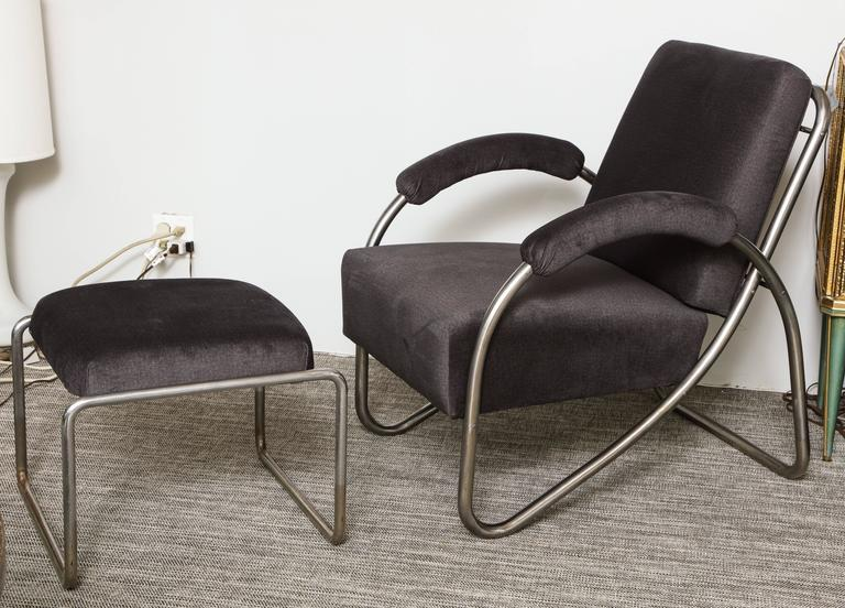 A fantastic pair of period Art Deco lounge chairs made in tubular steel with a design that appears as one continuous line throughout. They are very comfortable and have a slight spring to them due to the excellent design.  In the 1931 Desta Stahl