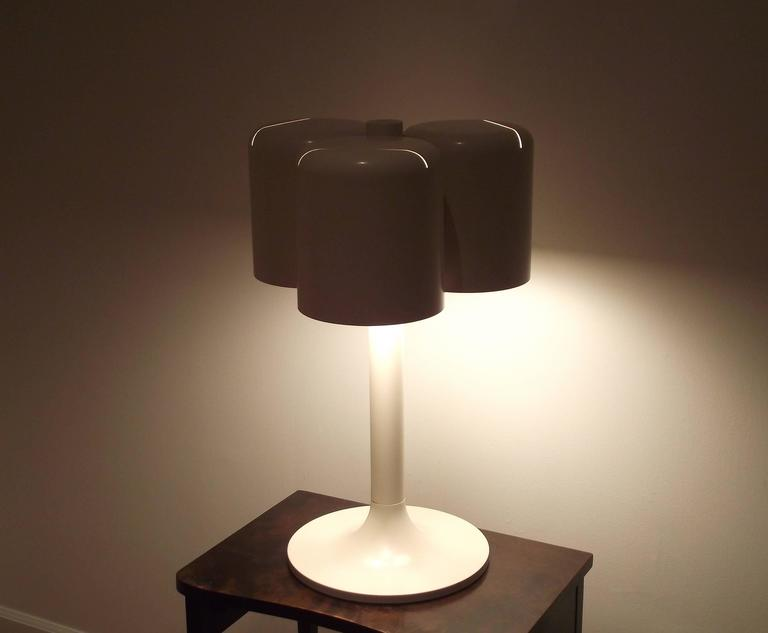 1971 Neal Small Triple Shade Table Lamp in Enameled Metal In Good Condition For Sale In Brooklyn, NY