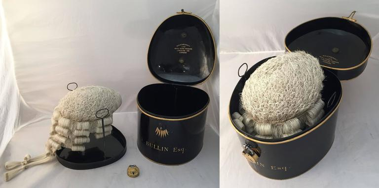 English Barrister's Wig in Tole Box 'with Riser' by Ravenscroft Law In Excellent Condition For Sale In Austin, TX