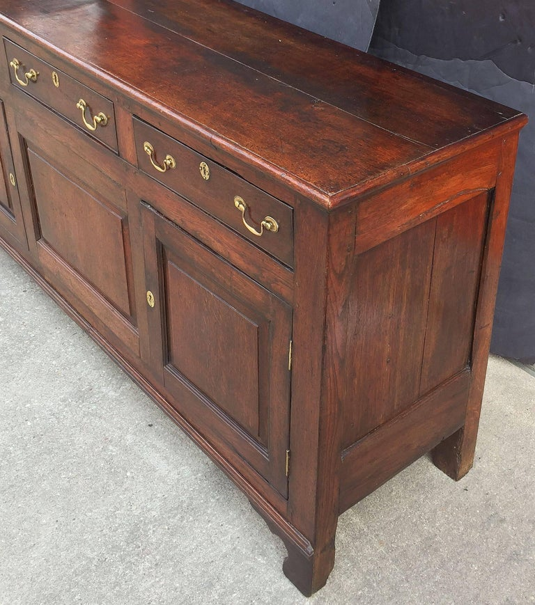 Welsh Paneled Dresser Console or Sideboard of Oak from the 18th c. For Sale 3