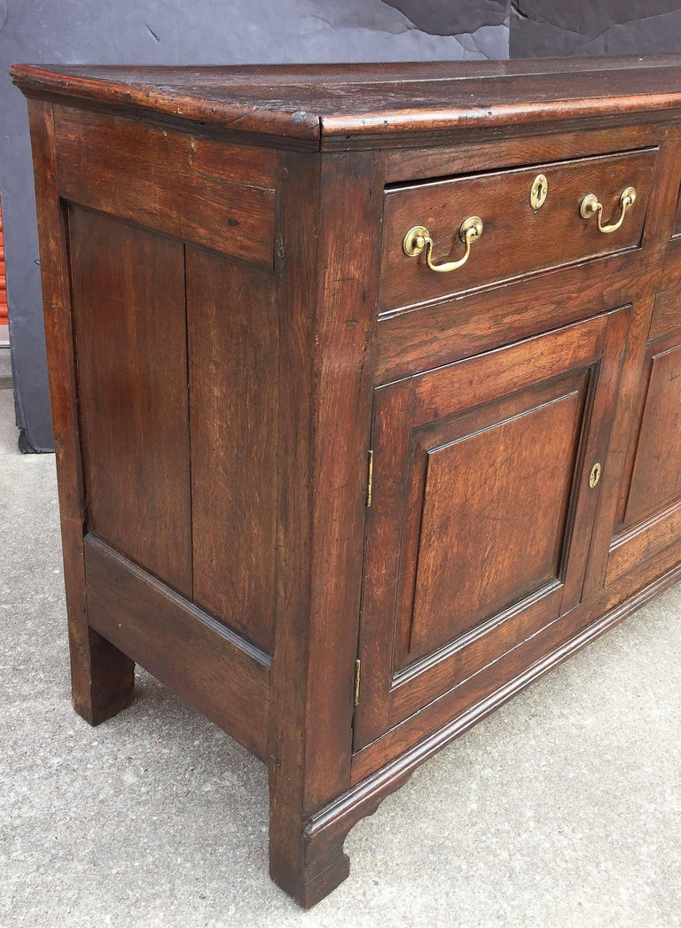 Welsh Paneled Dresser Console or Sideboard of Oak from the 18th c. For Sale 2