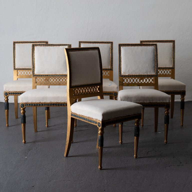 Dining chairs Swedish set of 6 neoclassical gilded green, Sweden. A set of six dining chairs made during the neoclassical period in Sweden, circa 1800-1810. Original gilding with green details.
