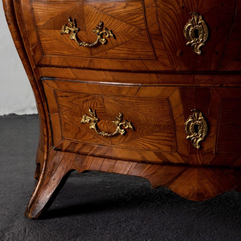 Chest of drawers Swedish Rococo light wood, Sweden. A beautiful chest of drawers with amazing inlays and construction. Made in Sweden during the Rococo period 1750-1775. Original hardware and locks.