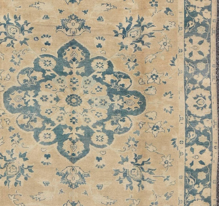 Vintage Turkish Oushak Rug in Cream and Blue In Good Condition For Sale In Atlanta, GA