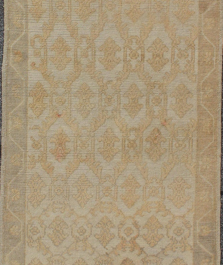 Muted Midcentury Turkish Oushak Runner with Latticework Design in Cream In Excellent Condition For Sale In Atlanta, GA