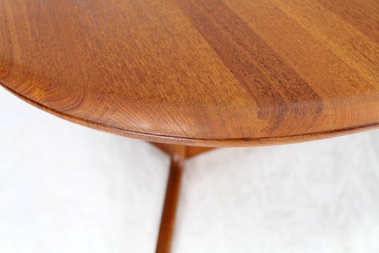 Solid Teak Danish Mid-Century Modern Dining Table with Two Leafs In Excellent Condition For Sale In Elmwood Park, NJ