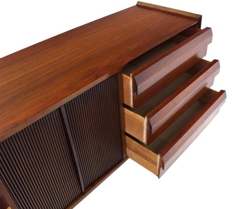 Mid-Century Modern Walnut Credenza Dresser w/ Fluted Doors For Sale 2