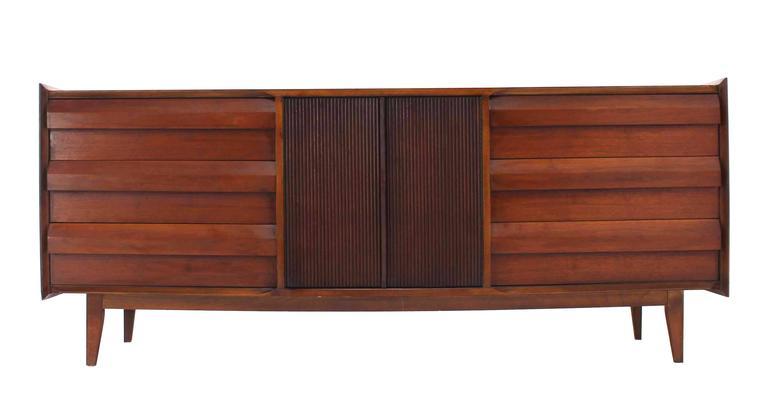 Mid-Century Modern Walnut Credenza Dresser w/ Fluted Doors For Sale 3